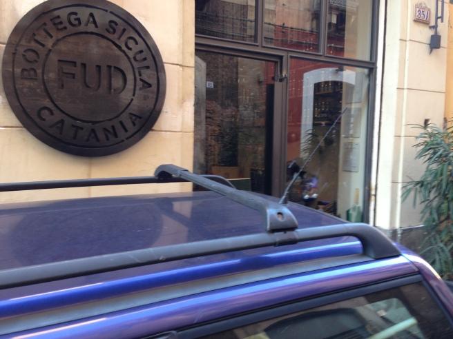 L'ingresso di un locale totalmente occupato da una macchina in sosta abusiva